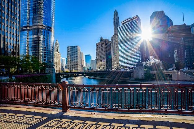 イリノイ州シカゴのシカゴ川、窓の外を見ている女性