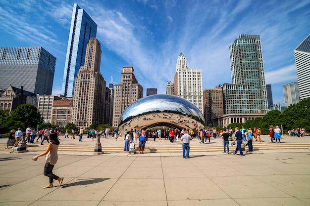 시카고 - 9월 9일: bean(anish kapoor의 cloud gate)으로 널리 알려진 거울 조각은 2014년 9월 9일에 볼 수 있듯이 시카고에서 가장 인기 있는 명소 중 하나가 되었습니다.
