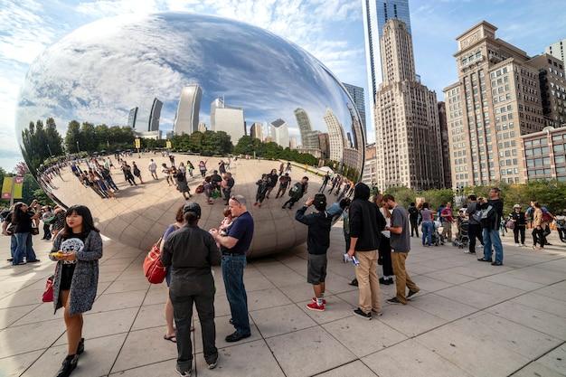 シカゴ-9月9日:ビーン(クラウドゲート、アニッシュカプーア作)として一般に知られている鏡像の彫刻は、2014年9月9日に見られるように、シカゴで最も人気のあるアトラクションの1つになりました。