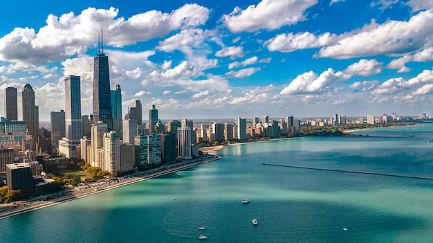 上からシカゴのスカイライン空中ドローンビュー、シカゴ市のダウンタウンの高層ビル、ミシガン湖の街並み、イリノイ州、米国