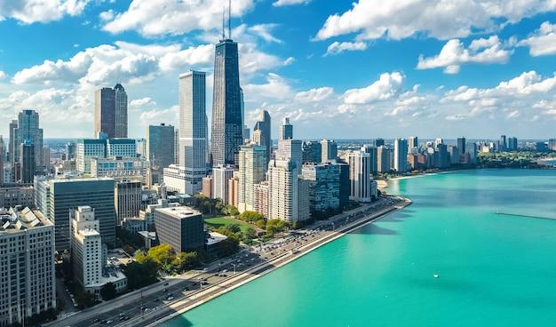 上から見たシカゴのスカイライン空中ドローンビュー、シカゴのダウンタウンの高層ビルとミシガン湖の街並み、イリノイ州、米国