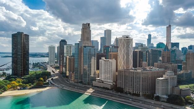 Чикаго skyline воздушный беспилотный вид сверху, город чикаго небоскребов города и озеро мичиган городской пейзаж, иллинойс, сша