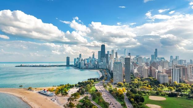 Чикаго skyline воздушный беспилотный вид сверху, озеро мичиган и город чикаго небоскребы городской пейзаж птичьего полета из линкольн-парка, штат иллинойс, сша