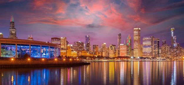 Городской пейзаж скайлайн чикаго ночью с озером и голубым небом с облаком, чикаго, сша