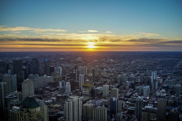 夜の夕暮れの空とミシガン湖とシカゴのスカイラインの夕日