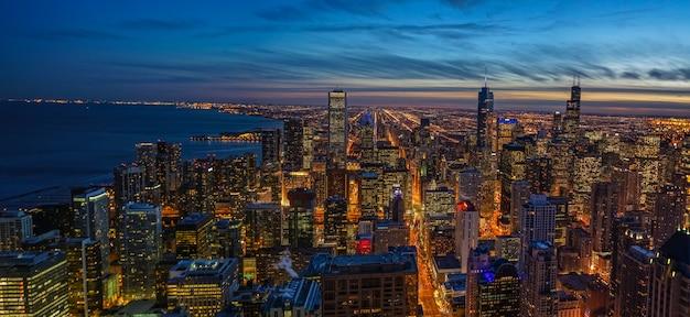 황혼의 하늘과 밤에 미시간 호수와 시카고 스카이 라인 일몰