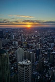 夜の夕暮れの空とシカゴのスカイラインの夕日