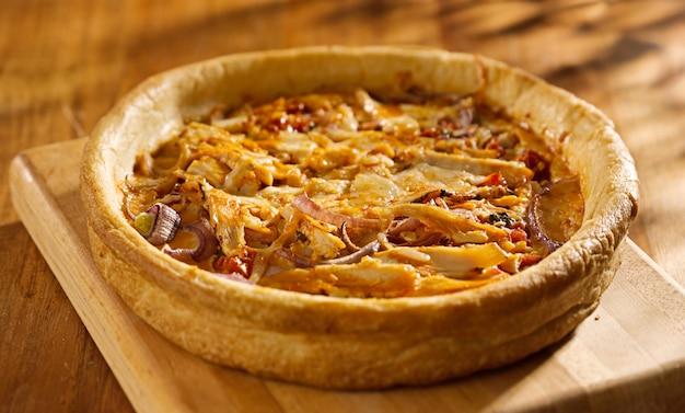 バッファローチキンのシカゴ風深皿ピザ