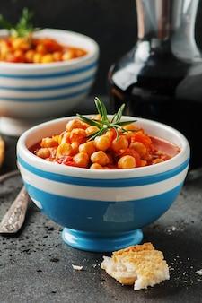 ひよこ豆とトマト、ニンジン、ローズマリー