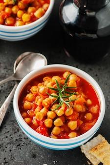 토마토, 당근, 로즈마리와 병아리 콩