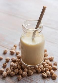 テーブルの上のひよこ豆とひよこ豆のミルク