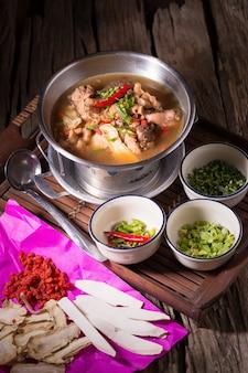 鍋に鶏肉とハーブスープ