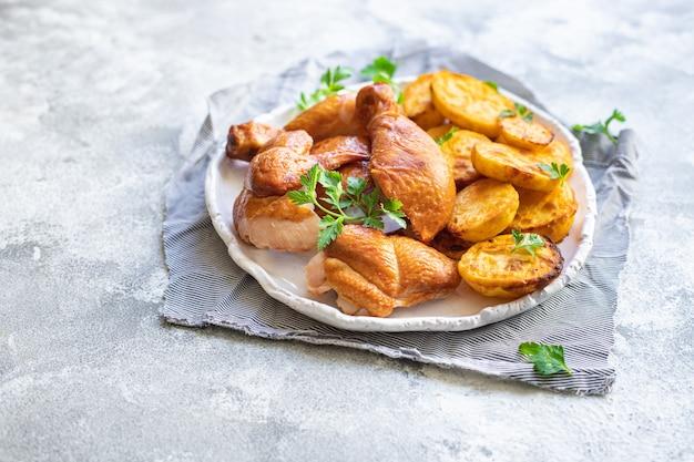 닭고기와 감자 튀김 고기, 구운 야채 구운 가금류 조각 유기농, 건강에 좋은 요리