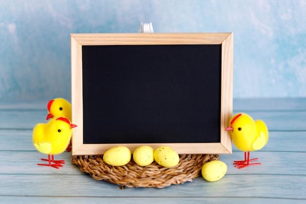 Курица и деревянная доска для текста