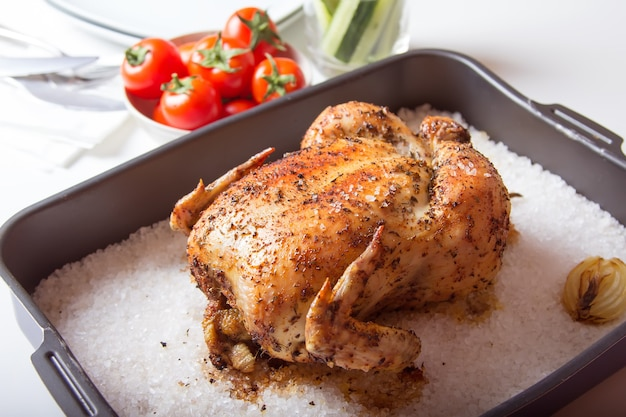 Курица запеченная на соли. селективный фокус, крупный план.