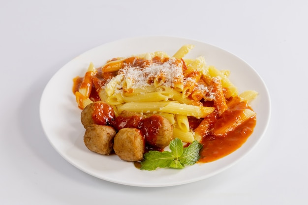 Спагетти с куриными шариками и томатным соусом