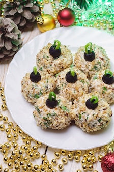 Chicken balls with philadelphia cheese and parsley, decorated like christmas balls.