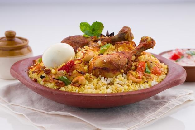 Куриное бирьяни керала дум бирияни, приготовленное из риса джира и специй, выложенное в глиняной посуде
