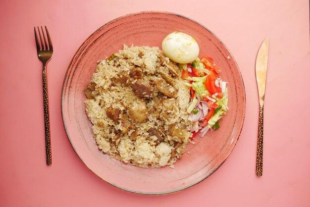테이블에 그릇에 치킨 biryani 식사