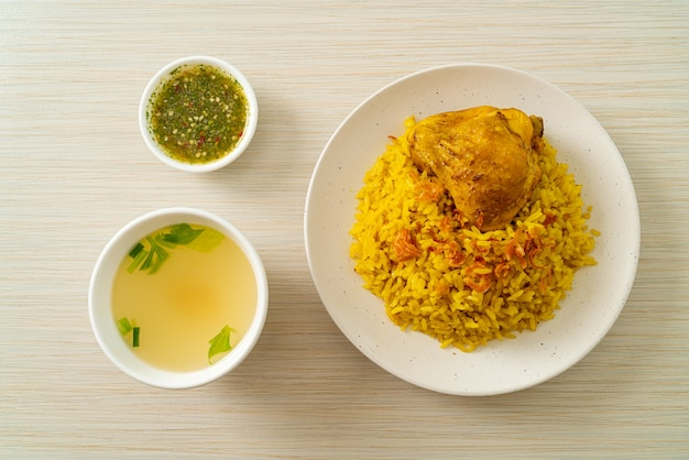 Куриный бирьяни или карри с рисом и курицей - тайско-мусульманская версия индийского бирьяни с ароматным желтым рисом и курицей - мусульманский стиль еды