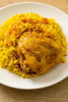 치킨 비리야니 또는 카레라이스와 치킨 - 태국-무슬림 버전의 인도 비리야니, 향긋한 노란 쌀과 치킨 - 이슬람 음식 스타일
