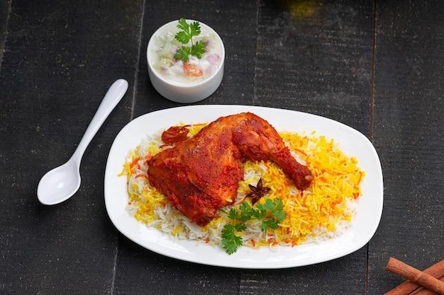 Цыпленок бирьяни или цыпленок тандури с рисом басмати и раитой в качестве гарнира