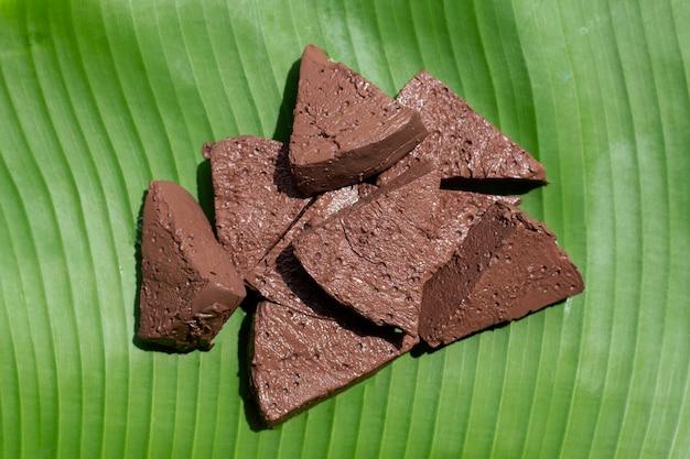 Тофу из куриной крови на банановом листе