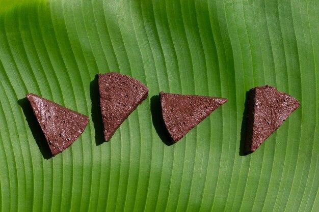 バナナの葉に鶏の血豆腐
