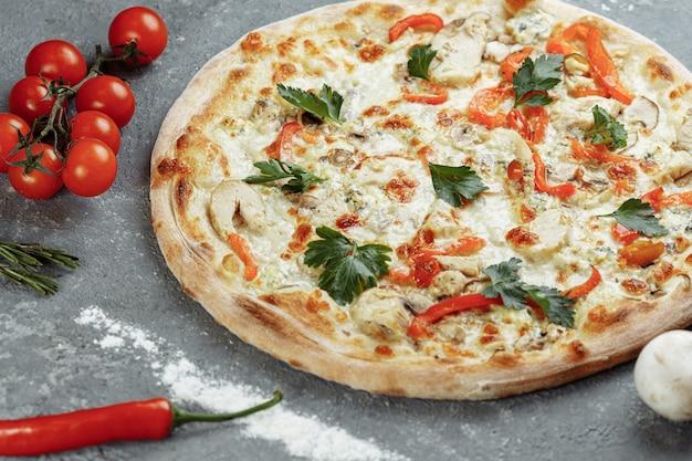 トマト、モッツァレラチーズ、ドルブルーチーズのチキンブルーピザ