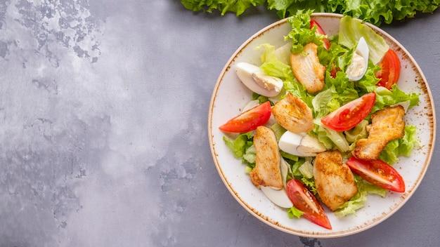 Салат из куриной грудки и овощей.