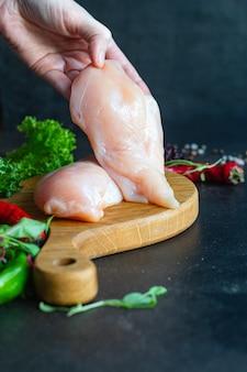 Куриная грудка сырое мясо и другие ингредиенты