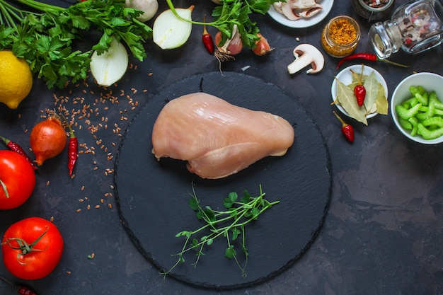 Куриная грудка, сырое мясо и другие ингредиенты