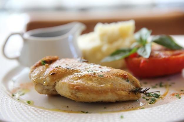 Стейк из куриной грудки на гриле с соусом из красного вина итальянская кухня