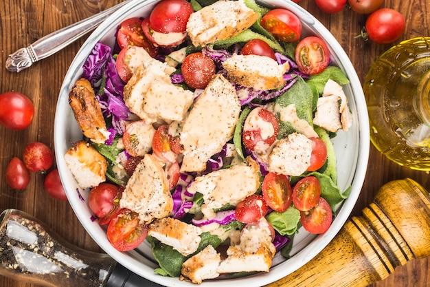 신선한 샐러드와 닭 가슴살. 건강한 점심 메뉴. 다이어트 음식.