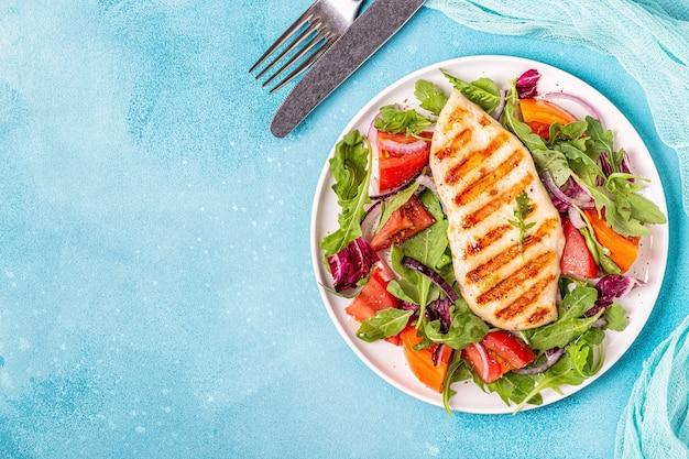新鮮なサラダと鶏の胸肉