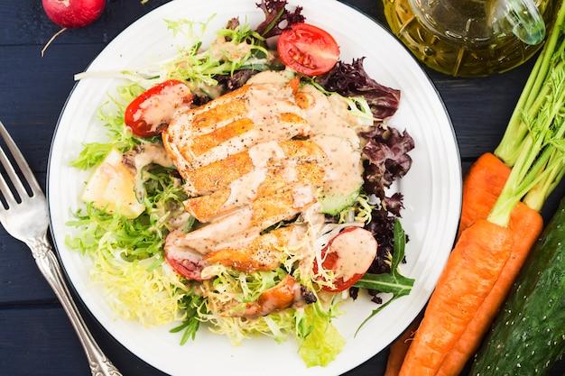 鶏胸肉のフレッシュサラダヘルシーランチメニューダイエット食品。