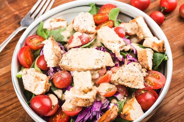 신선한 샐러드와 닭 가슴살 건강한 점심 메뉴. 다이어트 음식.