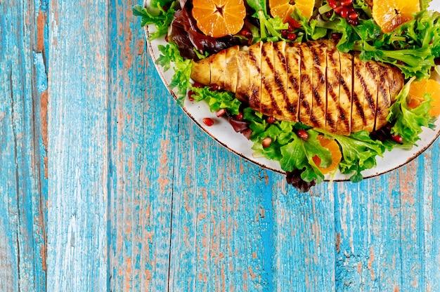 Куриная грудка с овощным салатом и мандарином