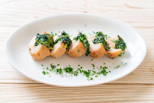 Куриные грудки, фаршированные шпинатом и сыром на тарелке Premium Фотографии