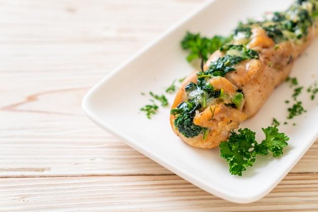 Куриные грудки, фаршированные шпинатом и сыром на тарелке