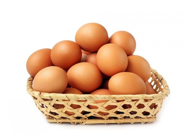 고리 버들 바구니에 치킨 갈색 달걀