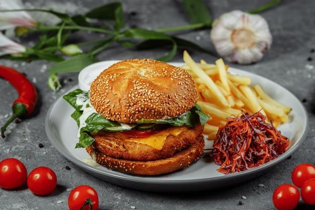 フライドポテトとサラダのチキンバーガー