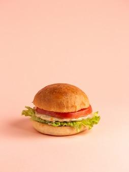 チキンバーガーとトマトレタスの葉とチキンパテのハンバーガーバンズ