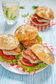レタスとトマトのチキンバーガー