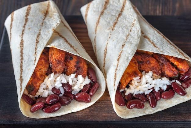 Куриные буррито на деревянной доске