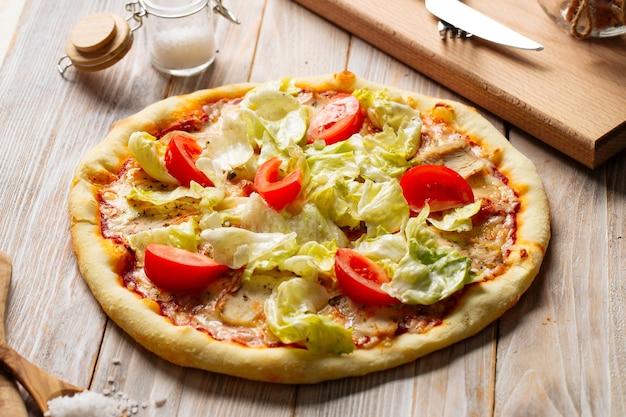 Пицца цезарь из курицы с помидорами и салатом