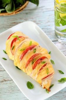 Куриный капрезе. нежная куриная грудка, запеченная с ломтиками помидора и сыра.