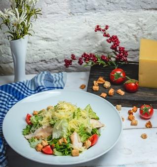 Куриный салат цезарь на столе