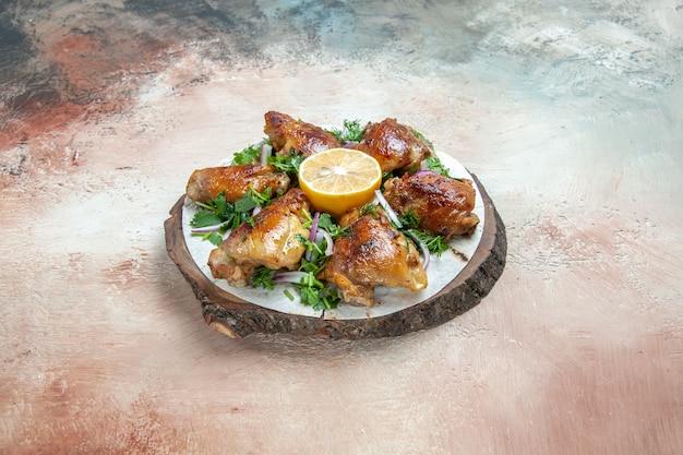 나무 보드에 레몬 양파 허브와 함께 lavash에 치킨 치킨