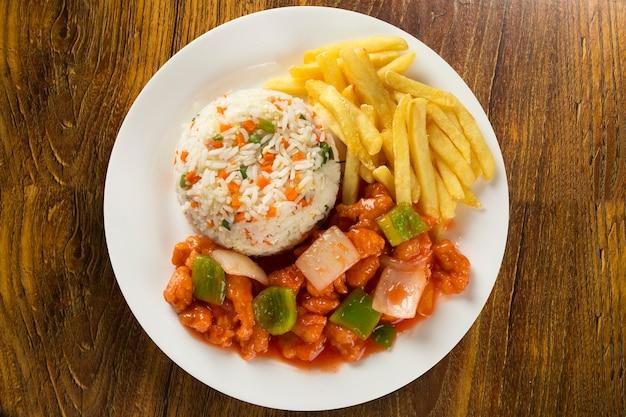 중국식 테이크 아웃에서 구할 수있는 인기 동양 요리 인 치킨 차우 마인.